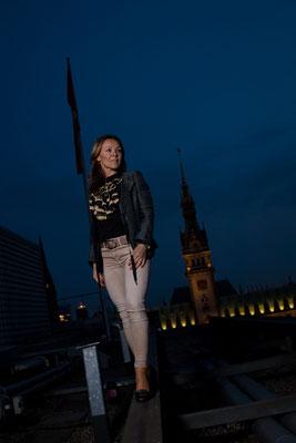 Katarzyna vor dem beleuchteten Rathaus