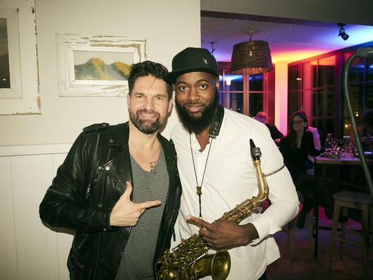 DJ Kai Schwarz mit einem Musiker