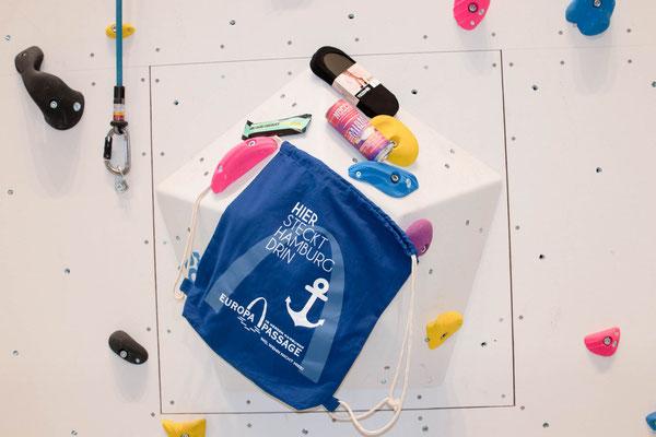 Sporty Goodie Bag mit Söckchen von Tezenis, Protein-Bar von Barbells und BCAA Energie Drink von Nocco