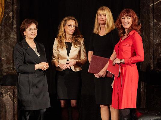 Susann Grünwald, Vorsitzende der Stiftung Mittagskinder mit Carola Veit, Preisträgerin Dorothea Brummerloh und Radio-Moderatorin Maren Bockholdt