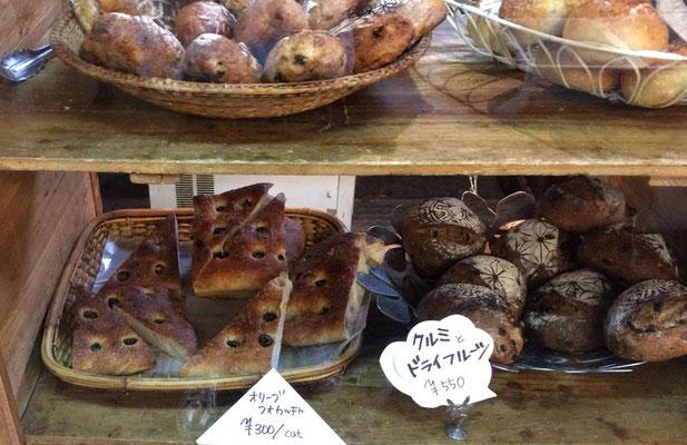 市場の片隅で見つけたパンやさんフィレンツェを思い出して黒オリーブのホカッチャとくるみのパンを買いました。