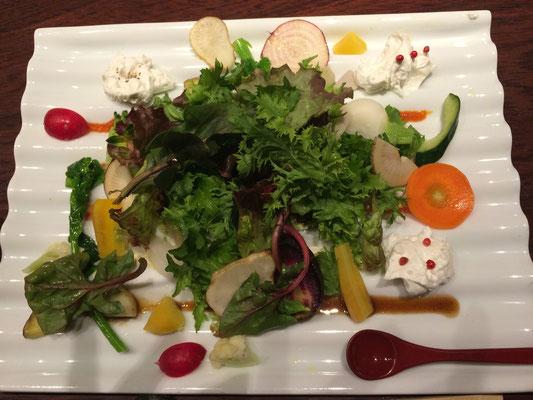 予約していた、お食事どころで市場の一盛りそのままの様な鎌倉野菜のサラダが出ました。ワハハ・・
