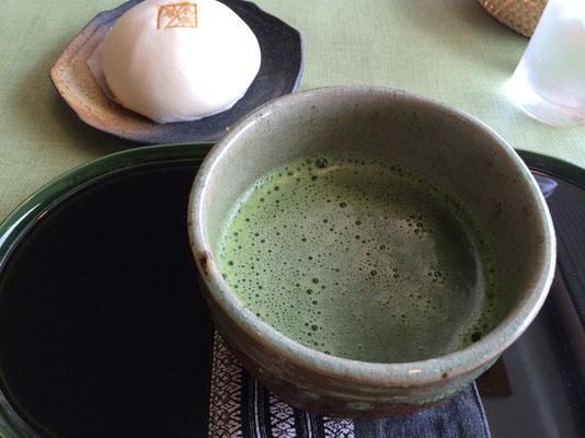 朝食抜きで出かけたので、ひとまずお抹茶と名物野菜のおまんじゅうをいただきました。