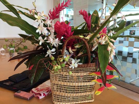 支部が用意して下さったウエルカムフラワー、月桃を中心に南国のハーブと花