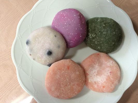 丸餅は試食をして購入①ピンク→桜エビ②緑→ヨモギ③白→黒豆④紫→紫芋まだ食べていません。