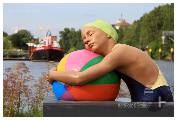 Carole A. Feuerman • Monumental brooke with beachball