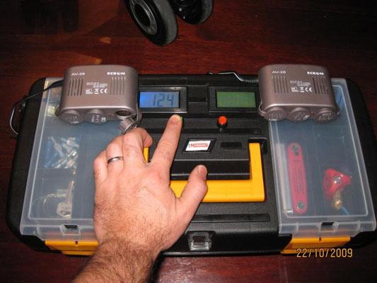 En esta foto podemos ver los 2 ladrones de tomas de mechero que alimenta la bateria de 100 Ah.Lops ladrones se conectan en unos conectores que he sacado fuera de la caja debajo de la tapa de plastico de la derecha