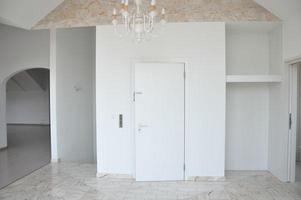 Entrée mit direktem Liftzugang und eingebauter Garderobe