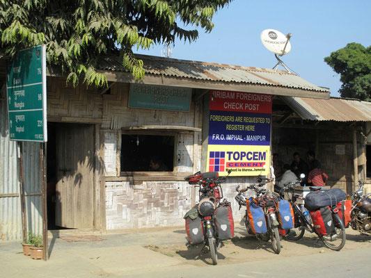 ©www.weltradeln.de - Das Büro der Ausländerpolizei an der Staatsgrenze Assam/Manipur...