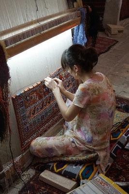 Teppichknüpferin in Bukhara - für das bereits geknüpfte Stück Teppich brauchte sie zwei Monate...