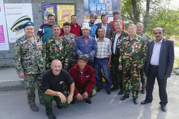 Emil und ich treffen kurz vor Bishkek eine Gruppe Aghanistan Veteranen, die damals noch für die UdSSR gekämpft haben...