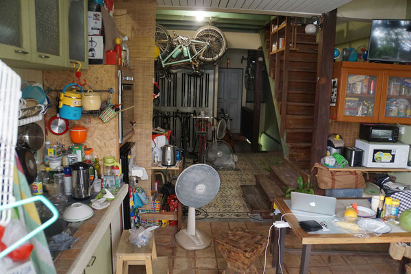 Aufenthaltsbereich, Küche und Velolager im Homestay in Bangkok...