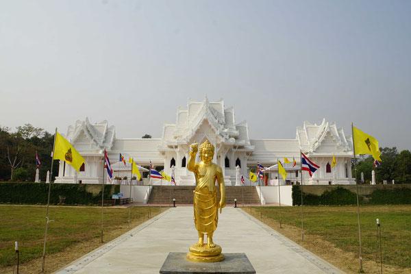 Vor dem Thai-Tempel in Lumbini... - auch Thailand wartet im Original noch auf mich...