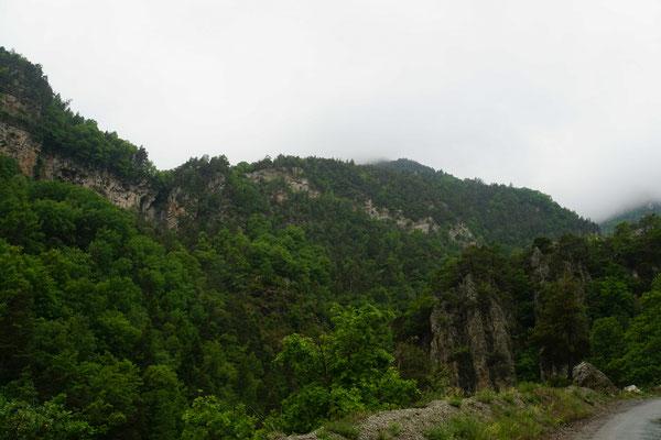 Im hellen Felsband in der rechten Bildhälfte geht die Strasse nach oben - da könnt Ihr die Steilheit etwas erahnen...