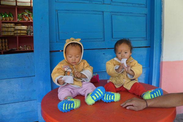 Die Zwillinge bekommen neue Schuhe - interessieren sich aber mehr für das Verpackungsmaterial...