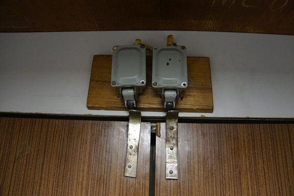 """In der Jugi in Belgrad haben sie eine lustige Einrichtung im Lift - einfach Schranktürchen vor die Lifttüre gehängt mit """"gebastelten"""" Kontakten..."""
