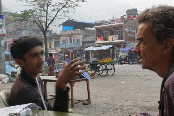Der eine Bruder schnappt sich meine Kamera und fotografiert mich im Gespräch mit seinem Sohn...
