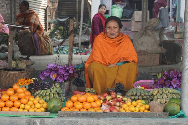 Von dieser Marktfrau bekommen wir drei Lotusblüten geschenkt...
