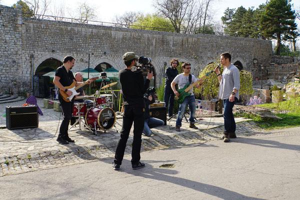 Im Fort der Stadt wird ein Sänger gefilmt und die Passanten bleiben stehen und filmen mit - ob ich da SSDS miterleben? Serbien sucht den Superstar?... - Musik tönt nach Schlager - der Bohlen könnte also  seine Finger im Spiel haben...