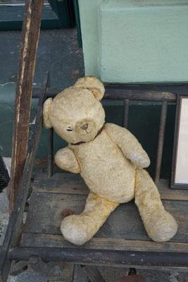 Erähl' mir mal aus Deinem Leben, mein Freund - beim Antiquitätenhändler vor der Tür... Der Teddy sieht ganz arg mitgenommen aus...