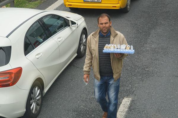 Er verkauft im Stau auf der Autobahn, was man als Autofahrer im Stau so braucht...