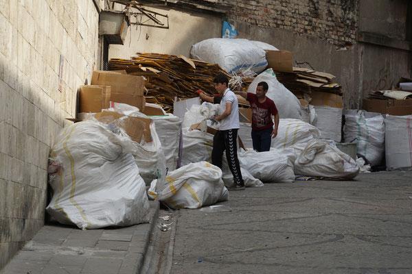 Was die Wertstoffsammler in der Stadt mit ihren Karren aus Kehrichtsäcken, Containern und Abfallkübel grübeln, wird hier von Kindern sortiert...