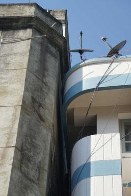 Unser Hotel (rechts) lehnt sich ans Nachbarhaus - oder umgekehrt - ...