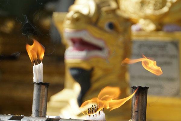 Und immer wieder Räucherstäbchen und Feuer...