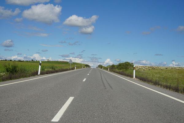 Die Strasse scheint direkt zum Horizont zu führen...