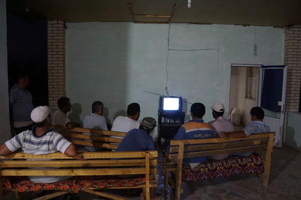 Die LKW-Fahrer schauen gebannt in den schwarz-weiss-TV...