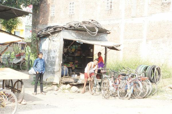 """Velowerkstatt in Narayanghat/Bharatpur... - wir haben noch etwas """"gsprächlet"""" zusammen - mit  Händen und Füssen und meiner Karte..."""