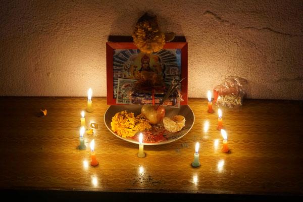 Auch Surat hat sich in seinem äusserst bescheidenen Zimmer - er teilt sich Zimmer und Bett (!) - mit seinem Cousin - einen kleinen Alter eingerichtet, um anlässlich des Lichterfestes zu opfern und zu beten...