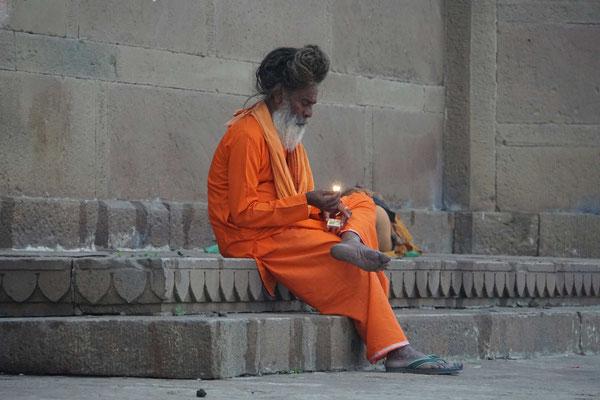 Der heilige Mann zündet sich grad was zum Rauchen an...