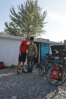 Der Schweisser, welcher am zweiten Tag auf dem Weg nach Bishkek Passpartu fachmännisch geschweisst hat - einfach schnell am  Strassenrand....