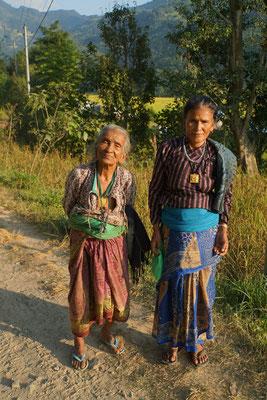 Die zwei Damen war hoch erfreut, fotografiert zu werden - zögerten dennoch, weil sie schlecht angezogen wären (Frauen haben weltweit ähnliche Probleme)... Man beachte: Die Dame rechs trägt unter dem blauen Lendenband ihr Handy...