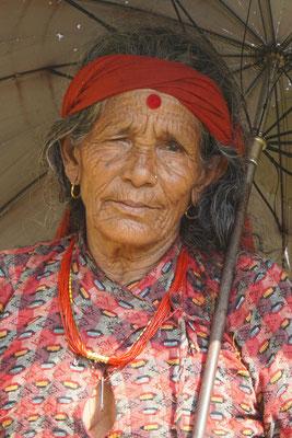 Beeindruckende Nepalin auf einer Wanderung unweit Surats Dorf...