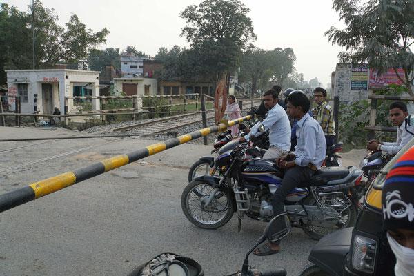 Auf meiner Seite steht man auch auf der ganzen Breite der Barriere bereit - die lustigen Inder hier stehen im Gegenverkehr (hier herrscht eigentlich Linksverkehr - meist aber einfach VIELVERKEHR...)
