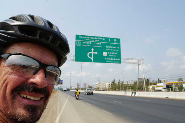 """Ausserhalb Bangkoks: Auch diese Kreuzung ist für Passpartu und mich zwischenzeitlich eher """"Kindergarten""""..."""