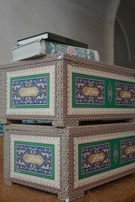 In der Moschee - der Koran auf wunderbaren Schatullen...