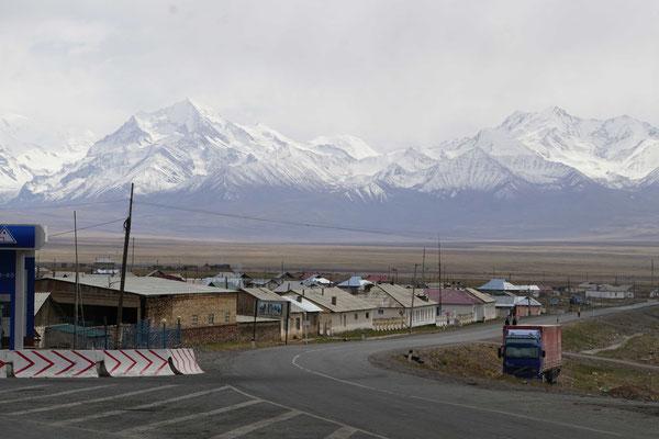 Sary Tash - mit den aus dem Nichts aufsteigenden Bergen/Ausläufern des Pamirs...