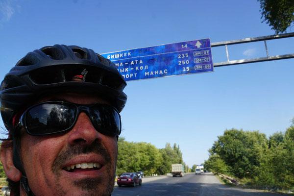 Bishkek kommt näher - der Feierabendverkehr nervte dann mächtig - und ich will nach New Delhi radeln...