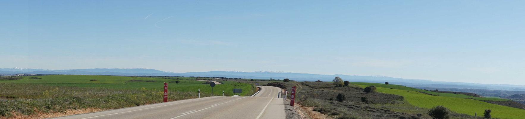 Unterwegs - am Horizont die Pyrenäen, die ich dann noch zu knacken haben, wenn ich nach Andorra hoch bzw. von Andorra nach Perpignan will...