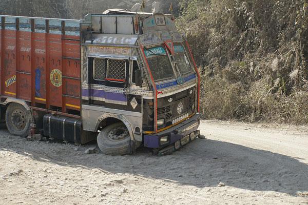 """Die """"nicht vorhandenen Strassen"""" zwingen auch starke Trucks in die Knie - da könnt Ihr mal sehen, was Passpartu tapfer er-trägt - GRANDIOS, WAS PASSPARTU LEISTET - TAUSEND DANK, LIEBER PASSPARTU..!!"""