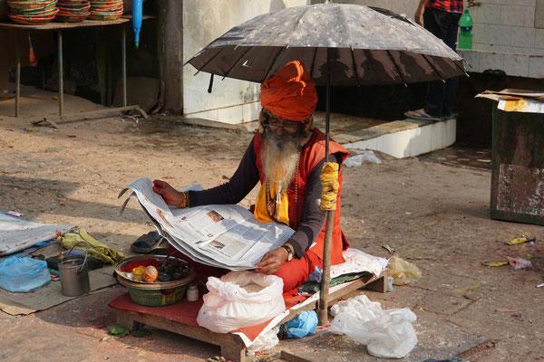 Er wartet auf Kundschaft - den Schirm nicht nur gegen Sonne und Regen - vielmehr gegen Taubendreck...
