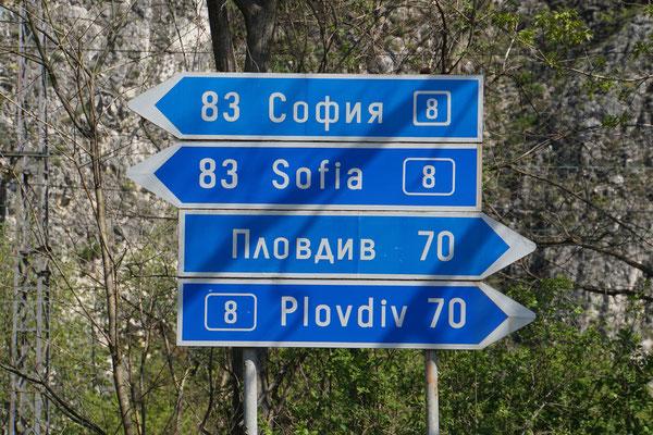 So mag ich Wegweiser :-)) - 2sprachig - Wenn nur kyrillisch angeschrieben, zähle ich zuerst die Buchstaben - wenn identisch mit unserer Schrift, dann lohnt sich die Übersetzung - sonst nicht!