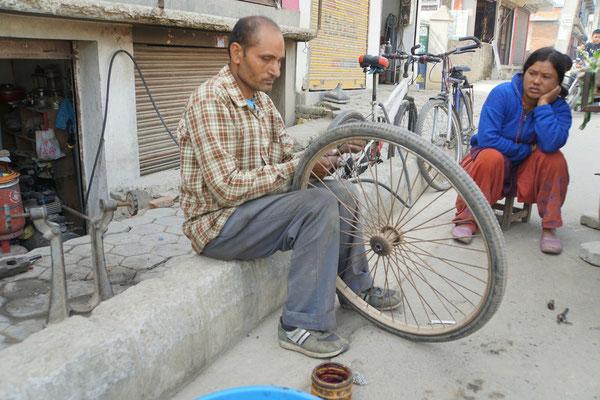 Und auch komptent scheinende Velomechs gibt es in Kathmandu...