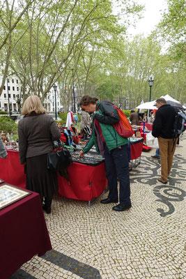Patrik musste etwas für sein Hälsbändeli haben von Lissabon; dafür war der Flohmarkt an der Av. da Liberdabe gerade richtig; wir auch am richtigen Morgen da....