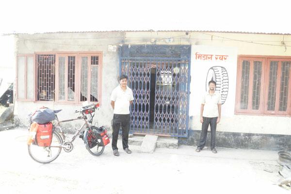 Der Herr rechts im Bild hat mich überzeugt, nach Sauraha/Chitwan zu fahren - DANKE!!!