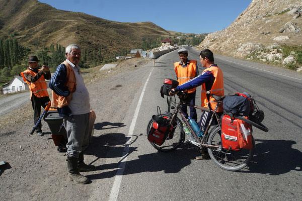Aufstieg zum Taldykpass - die Strassenarbeiter hatten ihre helle Freude an Passpartu und mir...