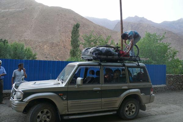 Passpartu wird auf dem Dach des Sammeltaxis festgezurrt...